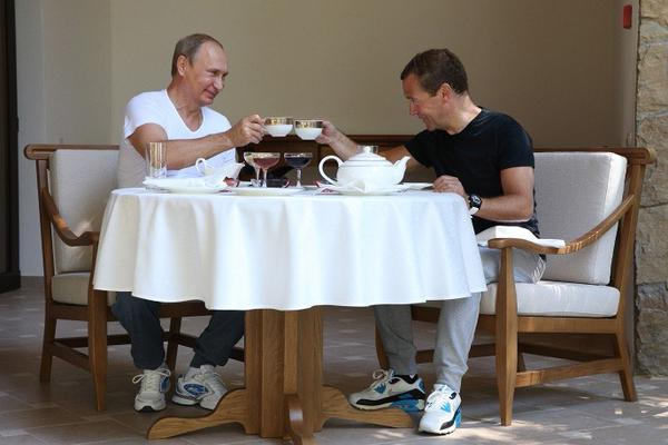 putin_medvedev_tea_party05