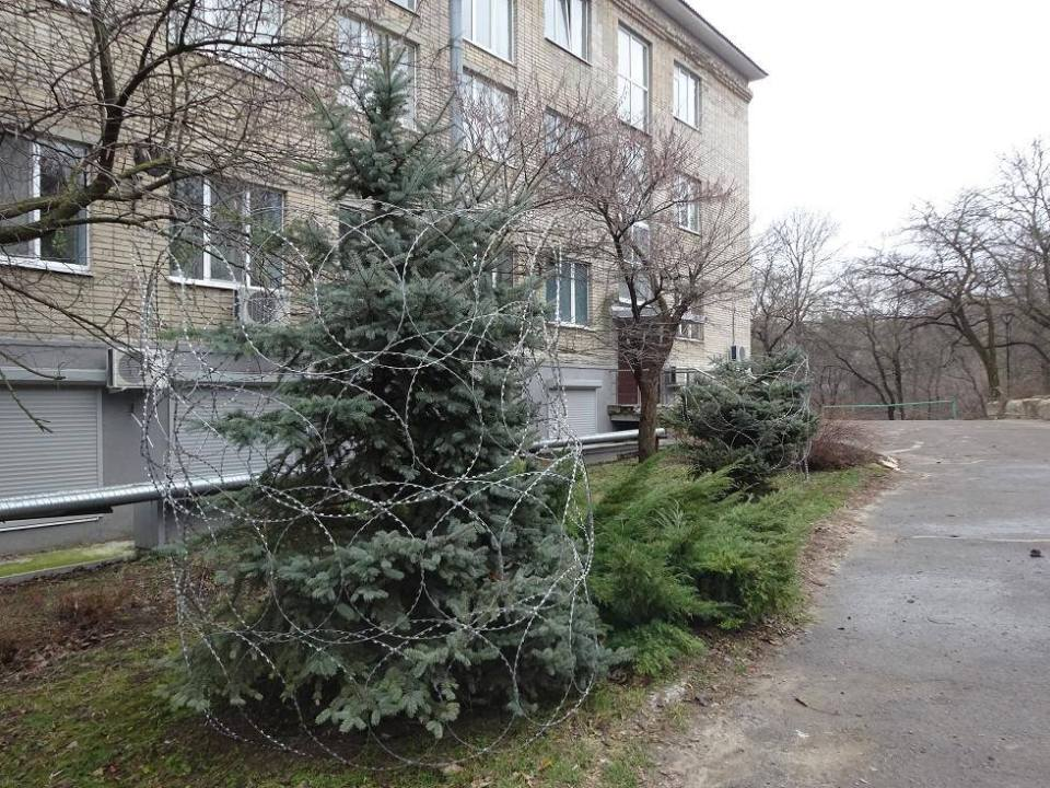 christmas-tree-barbed-wire-decorations