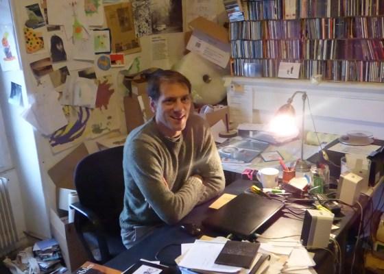 Sean Bouchard à son bureau!