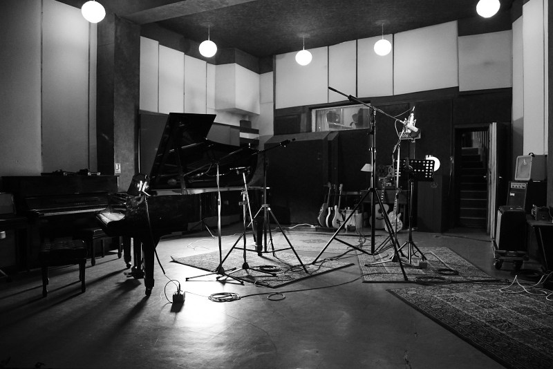 Les mythique studios Pigalle à Paris.......Cali y retrouve la présence de Ferré.