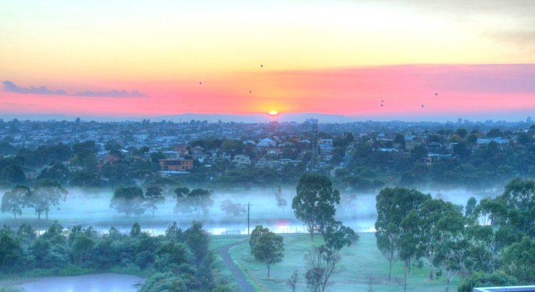 Der schönste Duft, ist der Duft des Morgens. Ob er nach Kälte, nach Müdigkeit, nach Kaffee oder Natur riechen mag, er ist immer frisch und bringt mit jedem Sonnenaufgang die Möglichkeit eines Neubeginns. - Zitat von Esragül Schönast