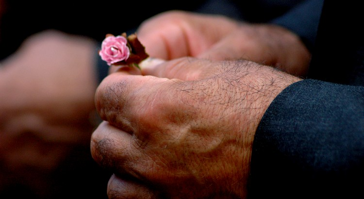 Ob ein Mensch ein Gentleman ist, erkennt man an seinem Benehmen denjenigen Menschen gegenüber, von denen er keinen Nutzen hat. - William Lyon Phelps