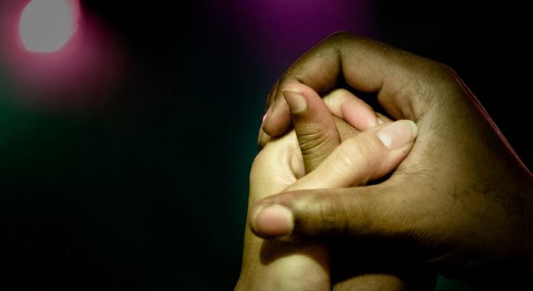 Wussten Sie, dass eine stützende Hand in der Not mehr wert ist, als ein Goldtaler? - Zitat von Esragül Schönast
