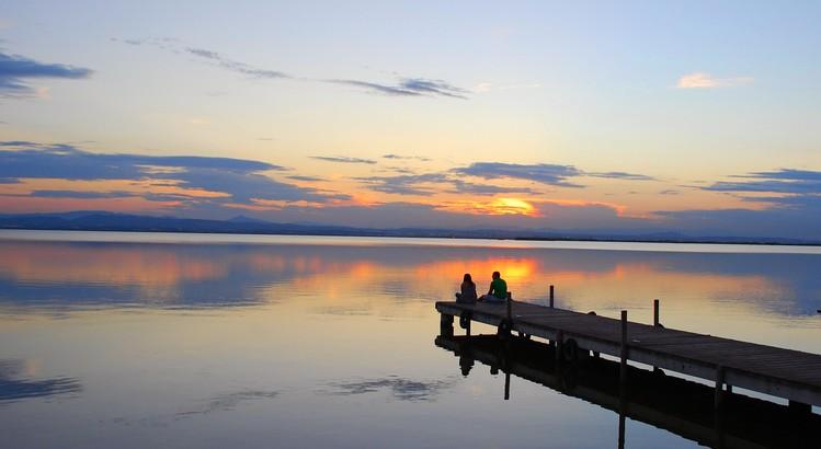 Niemand kann einen Sonnenuntergang besitzen wie jenen, den wir an einem Abend gesehen haben. So wie auch niemand einen Abend besitzen kann, an dem der Regen gegen die Fensterscheiben schlägt, oder die Ruhe, die ein schlafendes Kind ausstrahlt, oder den magischen Augenblick, in dem sich Wellen an einem Felsen brechen. Niemand kann das Schönste besitzen, was es auf Erden gibt – aber wir können es bewusst genießen und lieben. - Paulo Coelho