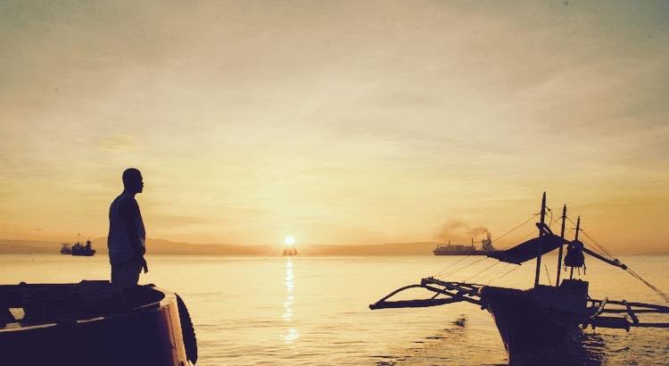 Wir müssen bereit sein, uns von dem Leben zu lösen, das wir geplant haben, damit wir das Leben finden, das auf uns wartet. - Oscar Wilde