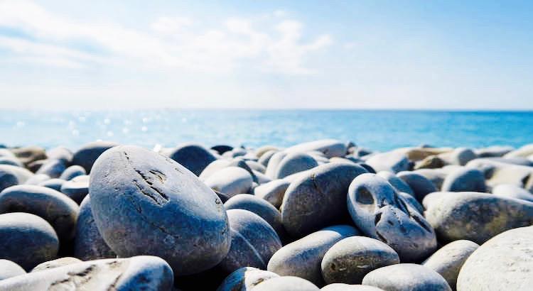 Die Seele eines Menschen ist wie ein See. Wenn man einen Stein hineinwirft, wird er unruhig, es gibt Wellen. Irgendwann beruhigen sich die Wellen und die Oberfläche ist wieder glatt, aber auf dem Grund bleibt der Stein für immer liegen. - Unbekannt