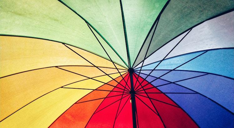 Wenn das Vergangene schmerzt, sollte man das Geschehene als Sturm ansehen und wissen, dass mit ein wenig Geduld der Regenbogen folgen wird. - Esragül Schönast