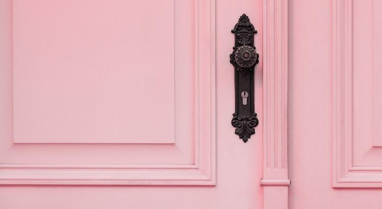Wenn sich eine Tür sich schließt, klopfe ein paar Mal daran. Aber wenn sie sich nicht mehr öffnet, dann lass sie geschlossen! Im Beruf, in der Liebe, im Leben! Wenn du einen Punkt am Ende des Satzes siehst, versuche nicht, ein Komma daraus zu machen. Wisse, wenn etwas zu Ende ist und ziehe weiter. - Mandy Hale