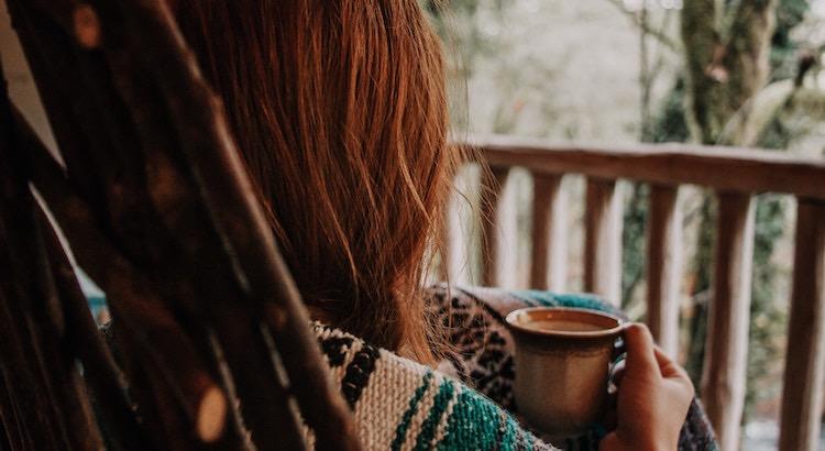 Wer sich bewusst macht, dass ein schönes Gespräch, ein Kaffee unter freiem Himmel oder der prasselnde Regen genügen, um die Seele auszugleichen, hat die Chance jeden Tag glücklich zu leben.- Esragül Schönast