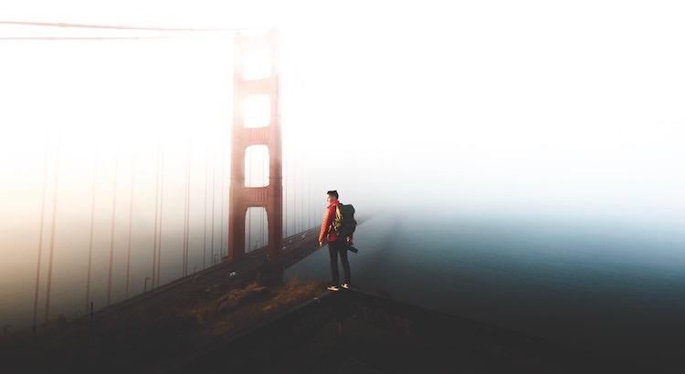 Es erfordert wahren Mut, das zu tun, wovon wir überzeugt sind, was richtig für uns selbst ist, auch wenn der Rest der Welt glaubt, dass es etwas verrückt ist. - John Strelecky