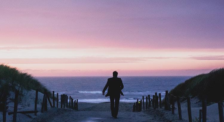 Du kannst alles auf der Welt besitzen und trotzdem der einsamste Mensch sein. Und das ist die bitterste Art von Einsamkeit. Der Erfolg hat mir weltweite Verehrung und Millionen Pfund gebracht. Aber er verunmöglichte es mir, das zu haben, was wir alle brauchen: eine liebevolle, anhaltende Beziehung. - Freddie Mercury