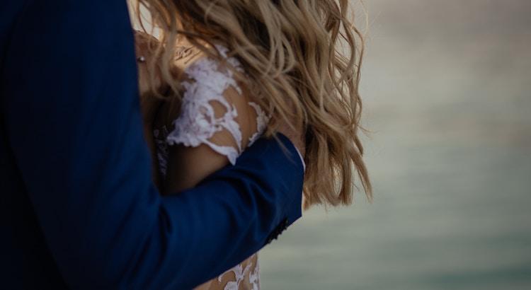 Eines Tages ist sie da. Diese Person, die dich schätzt, sich um die sorgt und dich genauso lieb hat, so wie du bist. Ganz ohne Drang und ohne Aufwand. Es wird sich einfach fügen und richtig anfühlen. Bis dahinsind deine Tränen für die Person, die dir dieses Gefühl nicht geben kann, viel zu schade. - Esragül Schönast