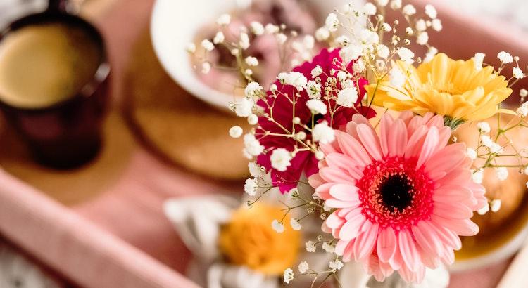 Der schönste Duft, ist der Duft des Morgens. Ob er nach Kälte, nach Müdigkeit, nach Kaffee oder Natur riechen mag, er ist immer frisch und bringt mit jedem Sonnenaufgang die Möglichkeit eines Neubeginns. - Esragül Schönast