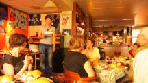 Bei reichhaltigem Frühstück im Café Jedermann gibt Organisatorin Kathrin Bastet einen Programmüberblick.