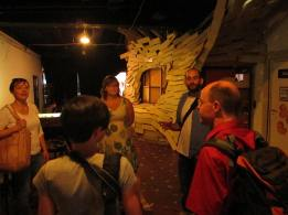 Julia vom Müszi begrüßt die Gruppe und gibt uns eine Führung durch das Kulturprojekt
