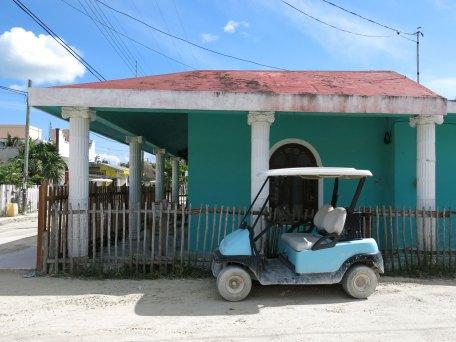 Eins der Golfcarts, gibt es auch in Gelb, fungieren dann als Taxi