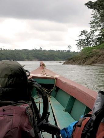 Mit dem Boot geht es auf die andere Seite des Flusses, nach Guatemala