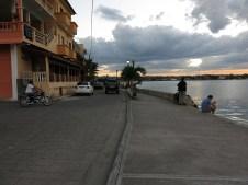 Die Prmenade von Flores, wenn man will kann man die insel innerhalb von 15min einmal komplett umjoggen