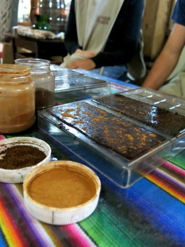 Zum Schluss kann die Schokolade noch nach Belieben mit Zimt und Kaffeepulver verfeinert werden.