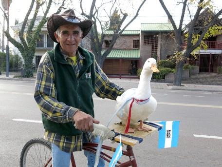 Das ist Pepe mit seinem Besitzer