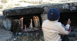 Neben Kerzen werden hier allerlei Opfergaben verbrannt
