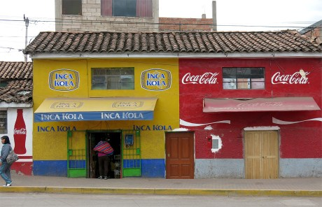 Inka Kola ist hier so beliebt wie Coca Cola. Der Geschmack liegt irgendwo bei flüssigen Automaten-Kaugummis