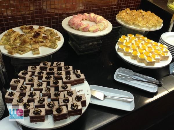 พวกเค้กทั้งหลายจากเบเกอรี่ของโรงแรม