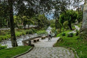 Fietsen langs de rivier in Cuenca