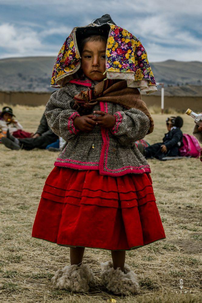 meisje in traditionele kleding in Peru