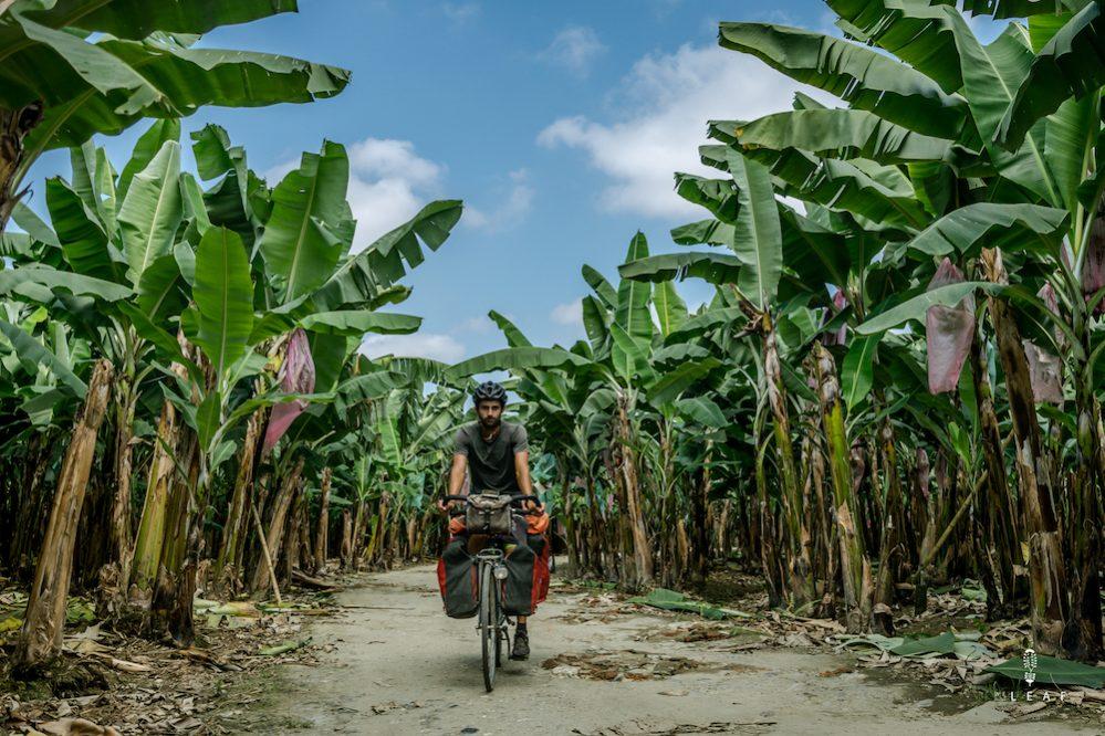 Fietsen door bananenplantages in Ecuador