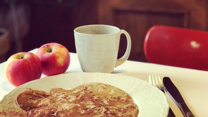 Süße vegane Apfelpfannkuchen. Rezept ohne Industriezucker