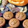 Vegane Kürbis Muffins mit Kürbis Kopf und Herbstlaub