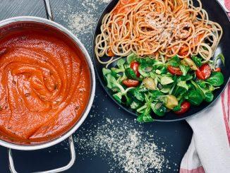 einfaches Rezept für eine vegane Tomatensauce mit glutenfreien Nudeln