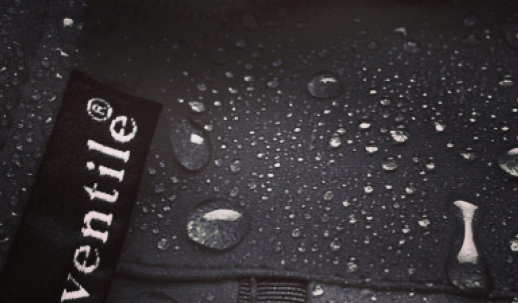 No doubt that Ventile makes the water gather in droplets, but why does this happen?