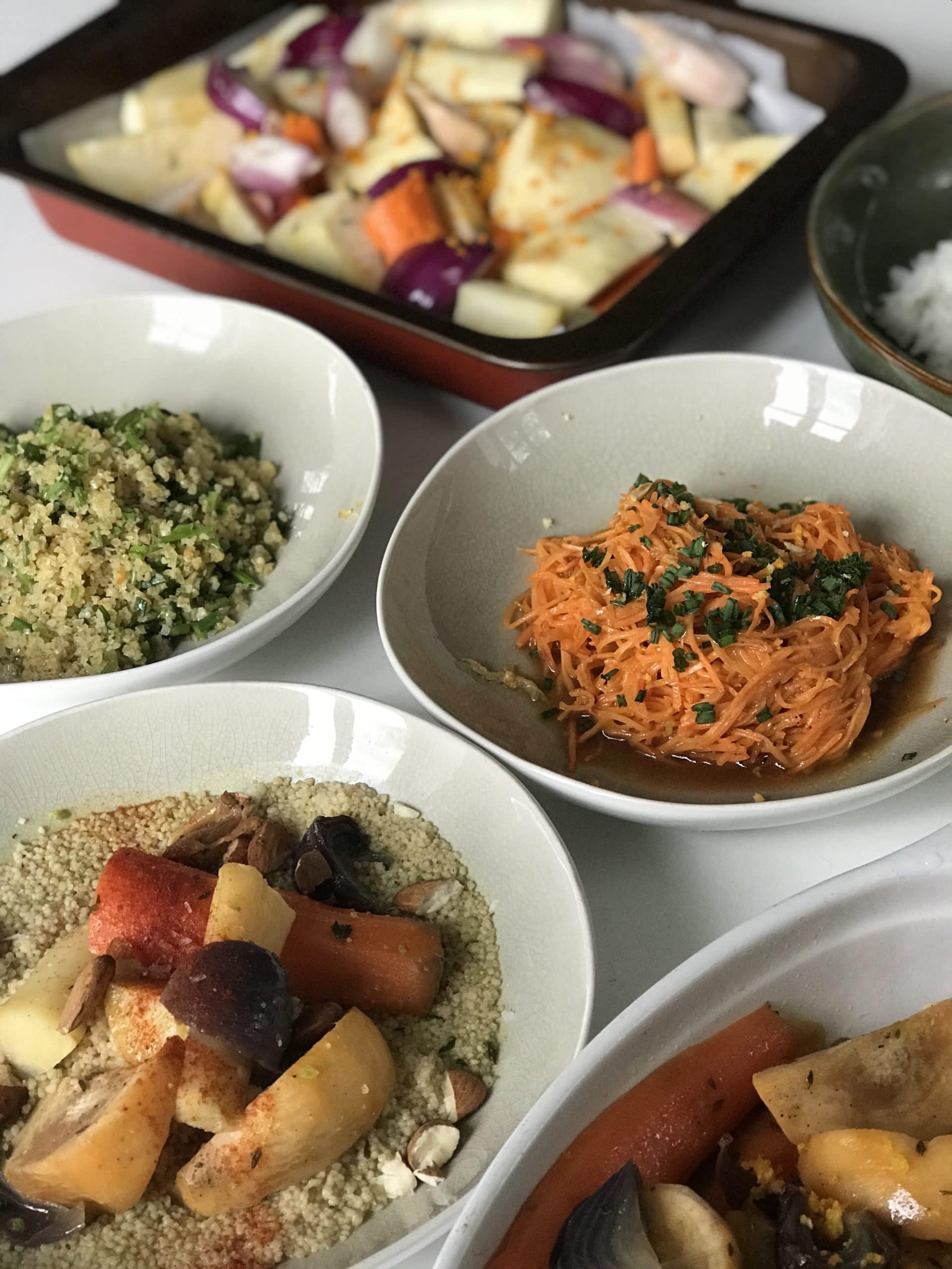 plats-colorés-posés-sur-une-table