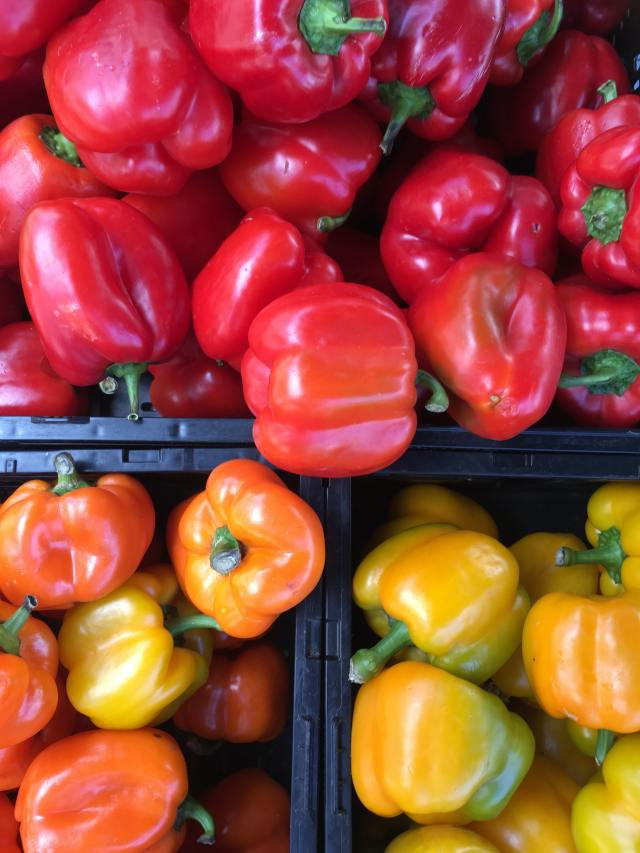 Red and yellow bell peppers are super rich in antioxidants, also contain high amounts of vitamin C, which boosts collagen level and may help to prevent lung cancer too.