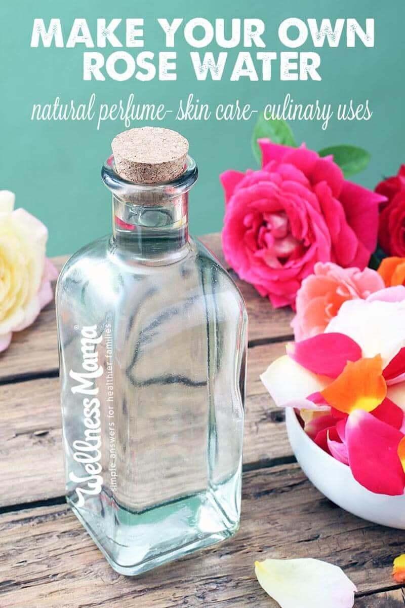 Impara come fare l'acqua di rose è un ingrediente naturale profumato per ricette di bellezza come profumi, sapone e prodotti per capelli e per cucinare e pulire.