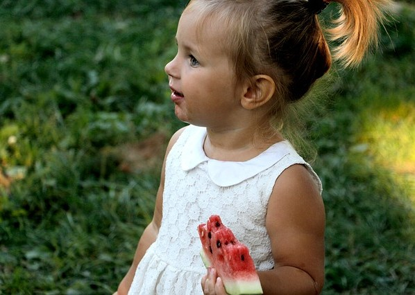 How to develop healthy eating habit for children: encourage eating fruits as snacks