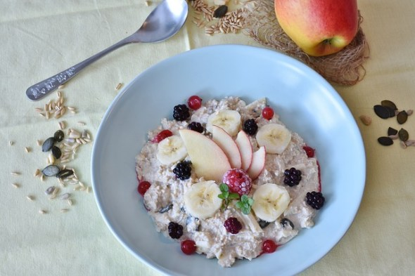 10 Indian Breakfast Ideas for Hypertension- oats with milk and fruit
