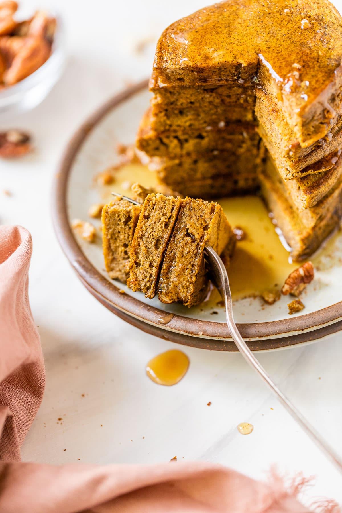 Easy Blender Pumpkin Pancakes. SO FLUFFY! Healthy recipe made with buckwheat flour. @wellplated