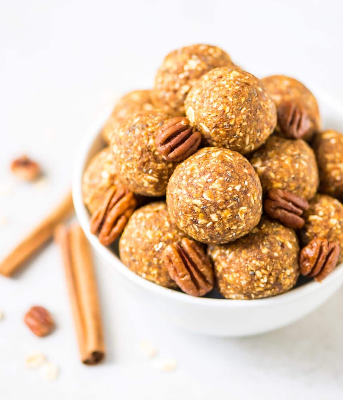 No Bake Pumpkin Energy Bites. The perfect healthy snack and breakfast! @wellplated