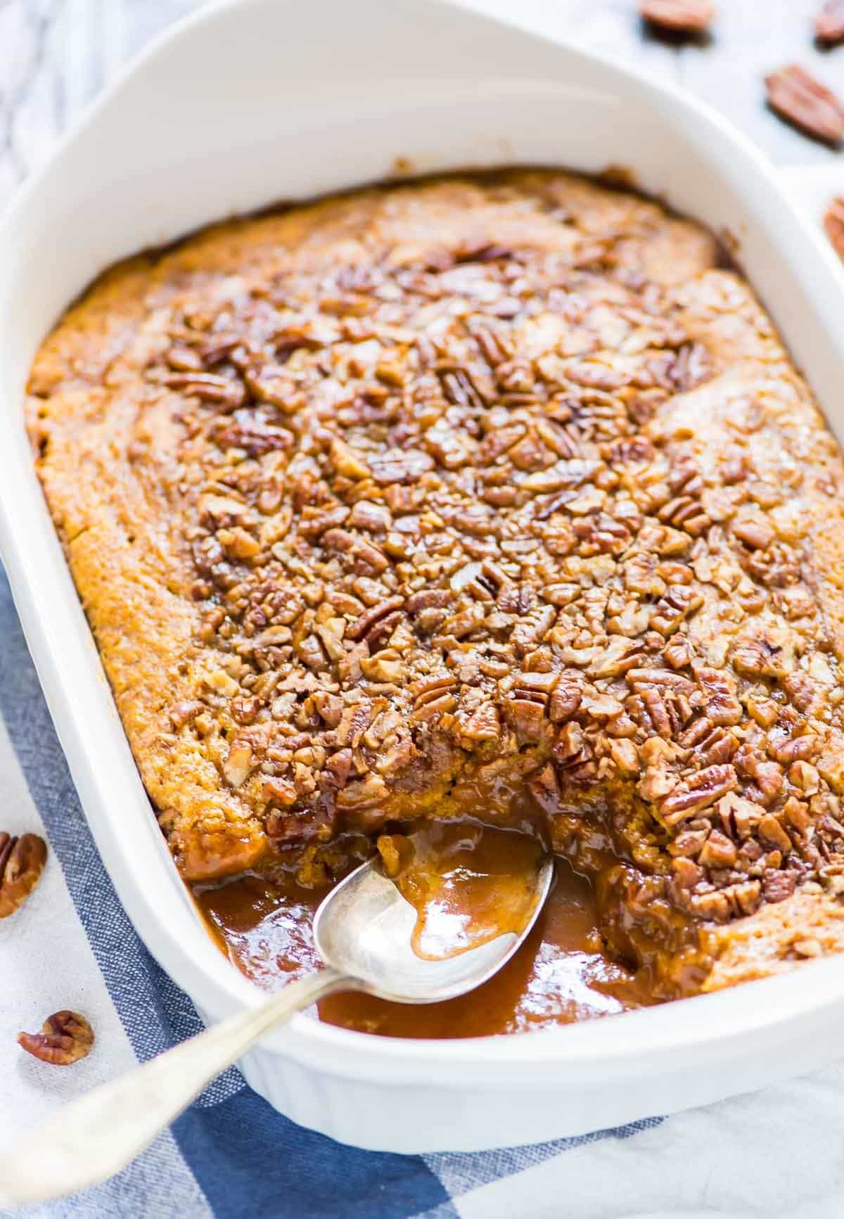 Pumpkin Pecan Cobbler. Fluffy, buttery pumpkin cake with a brown sugar cinnamon topping and caramel sauce. TO DIE FOR. @wellplated