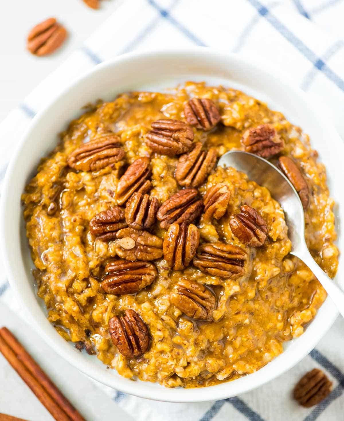 Pumpkin Overnight Oats. EASY, healthy recipe that's ready to go as soon as you wake up! Made with pumpkin, steel cut oats, and lots of warm spices. @wellplated
