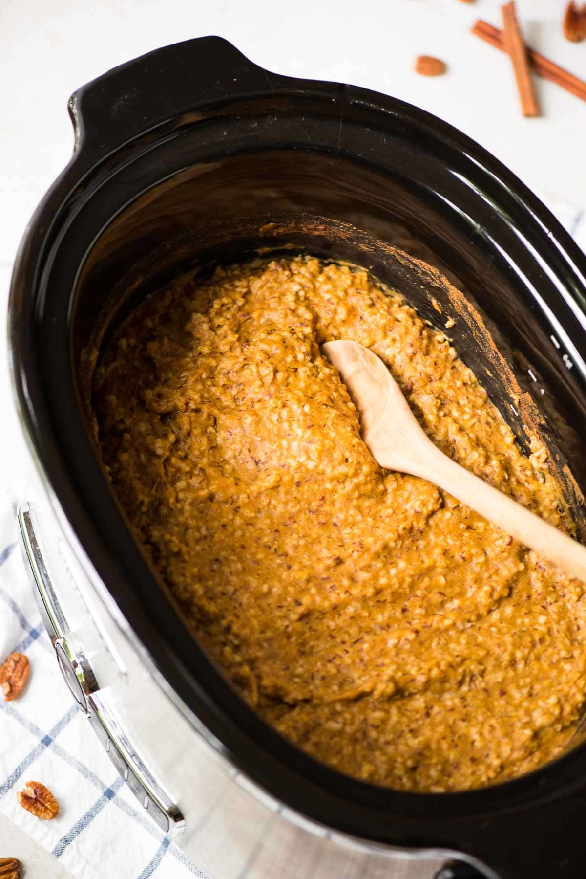 Easy Slow Cooker Pumpkin Overnight Oats. The perfect make-ahead breakfast. Easy, healthy, and great leftover too! @wellplated
