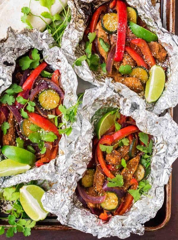 How to make the best fajitas on the grill. Easy Grilled Chicken Fajitas that anyone can make! Recipe at wellplated.com | @wellplated