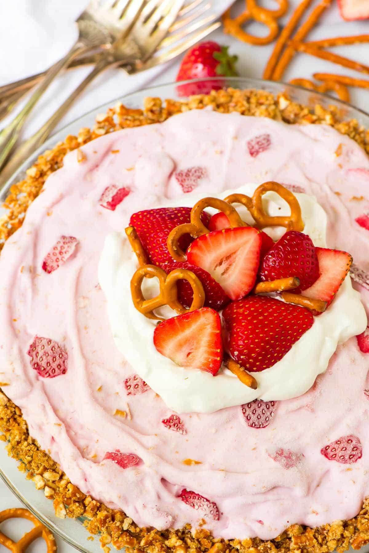 FIVE INGREDIENT Strawberry Frozen Yogurt Pie with Pretzel Crust. The perfect summer dessert recipe! Recipe at wellplated.com | @wellplated