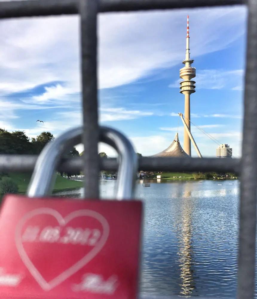 Überblick über München verschafft der Olympiaturm im Olympiapark