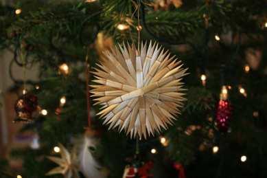 In Lettland werden die Weihnachtsbäume mit Strohsternen und getrockneten Blumen verziert.