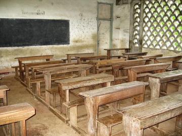 Schulbaenke einer Schule in Kamerun