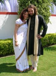 Franka im Sari und Steffen in einer Kurta